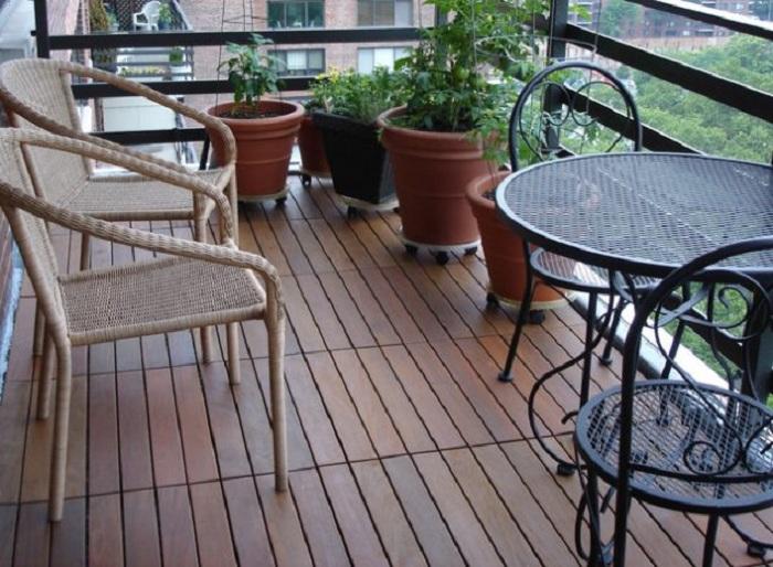 Удачное оформление пола деревянной плиткой, что станет просто отличным вариантом декора такого места.