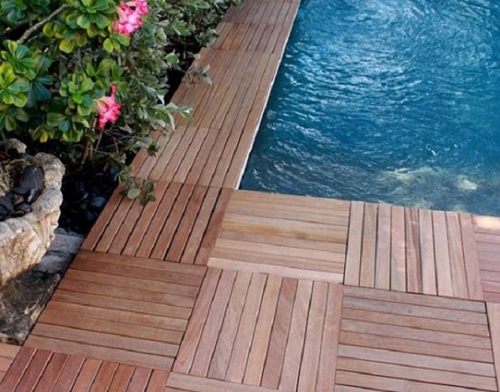Прекрасный вариант оформления бассейна по периметру, что позволит украсить обстановку во дворе.