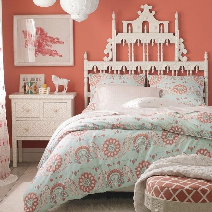 По-королевски холодный персиковый будет смотреться в небольшой спальне.