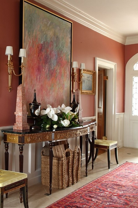 Прекрасным фоном могут служить персиковые стены для картины, выполненной в той же гамме.