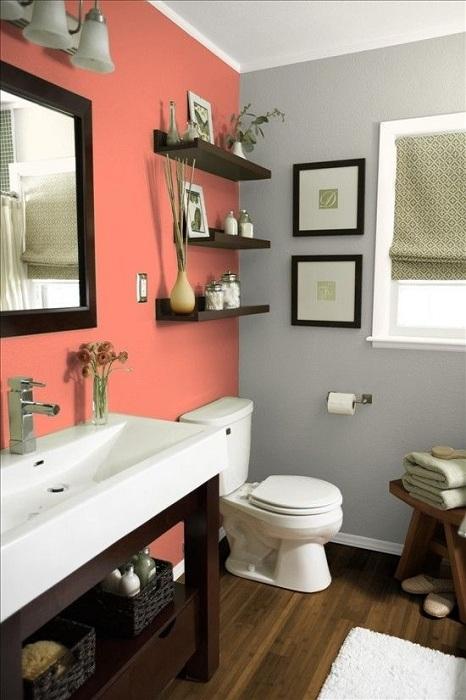 Своеобразным и необычным решением станет оформление ярко-оранжевой стены в туалетной комнате.