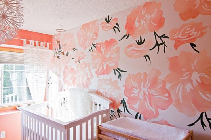Оригинальной станет детская комната для младенца, оформленная в персиковых цветах.