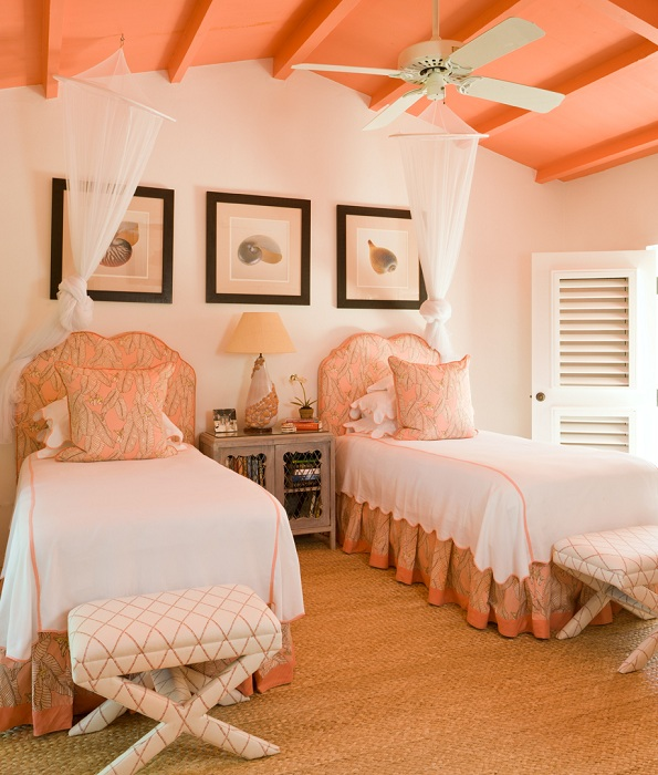 В персиковых ярких тонах может быть оформлен и номер в гостинице.