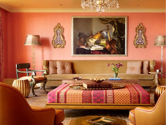 Необычный стол в такой же своеобразной гостиной напоминает восточные мотивы.