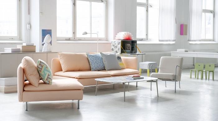 Гостиную в белых тонах с большими окнами можно разбавить диваном и креслом.