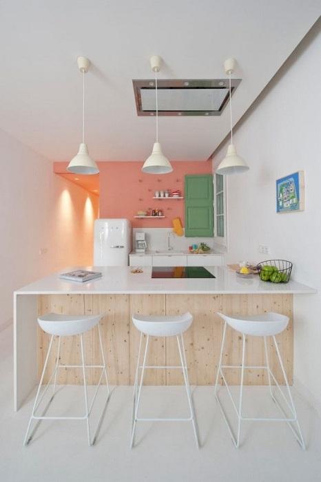 Зону над рабочей поверхностью на кухне можно оформить ярко.