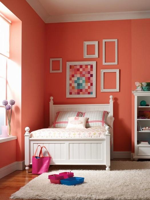 Небольшая спальня с персиковыми стенами не будет давить на вас.