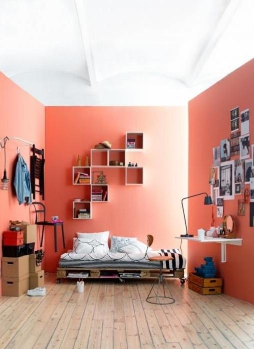 Оформление спальни в ярком персиковым цвете.