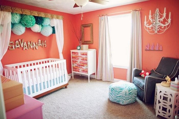 Светлая детская комната с большим окном позволят приглушить насыщенный оранжевый цвет.