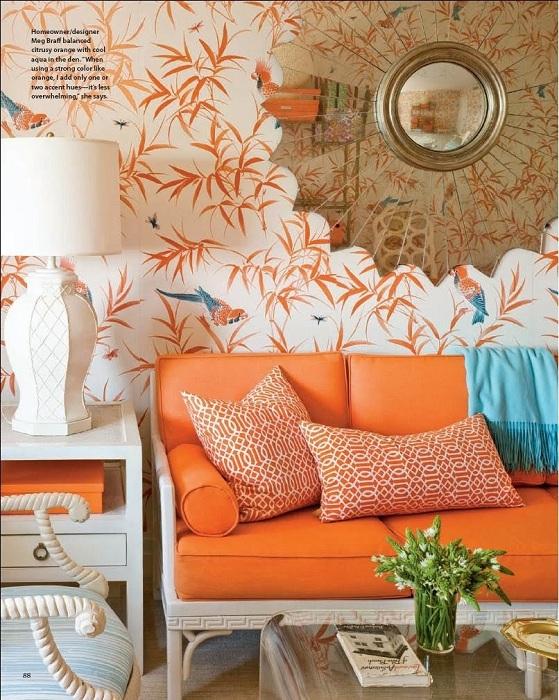 Необычные декор стены с листьями персикового цвета на фоне такого же яркого дивана.