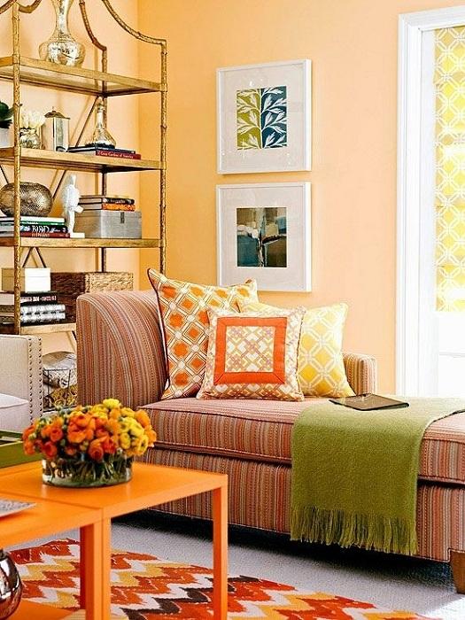 В небольшой квартире можно обустроить место для отдыха или чтения, оформив его в персиковых цветах.