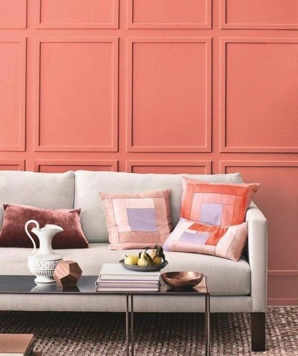 Детали интерьера в виде подушек с геометрическими фигурами прекрасно смотрятся на фоне ярких стен гостиной.