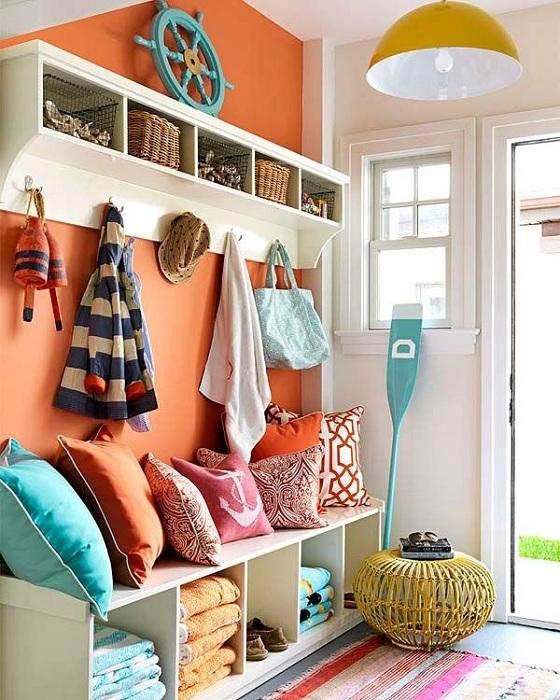 Входной коридор можно оформить ярким персиковым цветом, выделив тем самым место для вешалок.