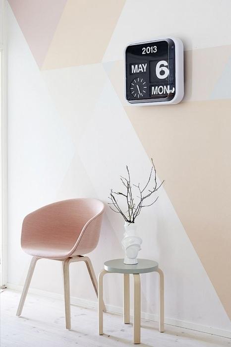 Сделать комнату более светлой может графически оформленная стена.