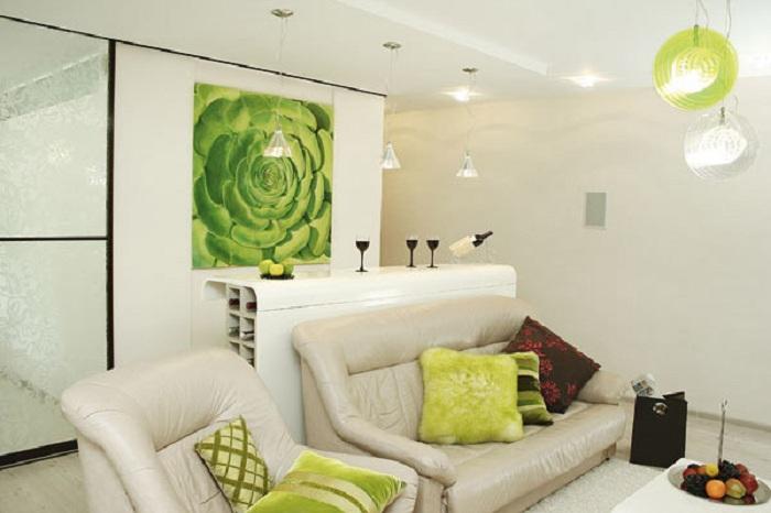 Красивая зеленая картина создает атмосферное настроение в комнате, что выглядит очень практично.