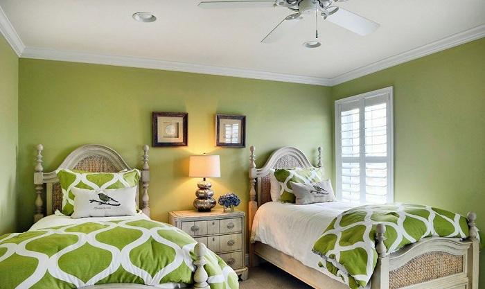 Симпатичное оформление спальни в зеленых тонах с двумя спальными местами, что понравится точно.