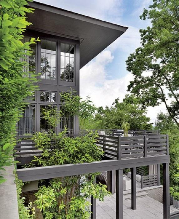 Симпатичная открытая терраса около дома станет просто незаменимым местом для летнего времяпровождения.