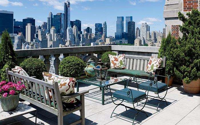 Интересная открытая терраса с видом на мегаполис - подарит только положительные эмоции и приятные впечатления.