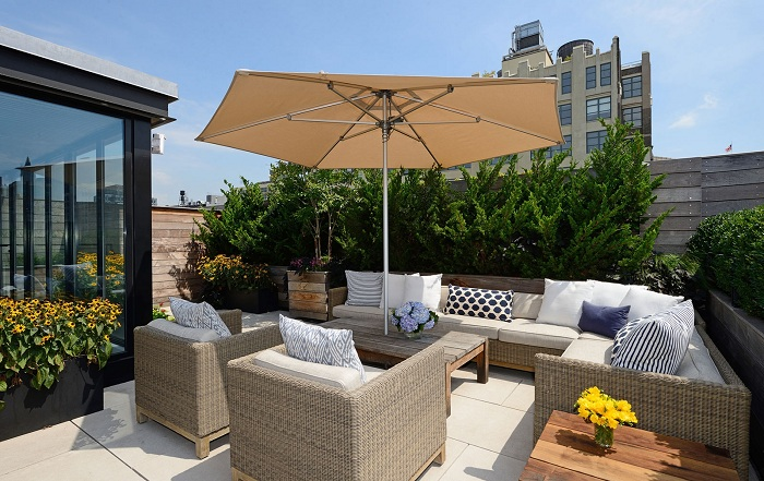 В знойную жару отдыхая на свежем воздухе возможно спрятаться под зонтом.