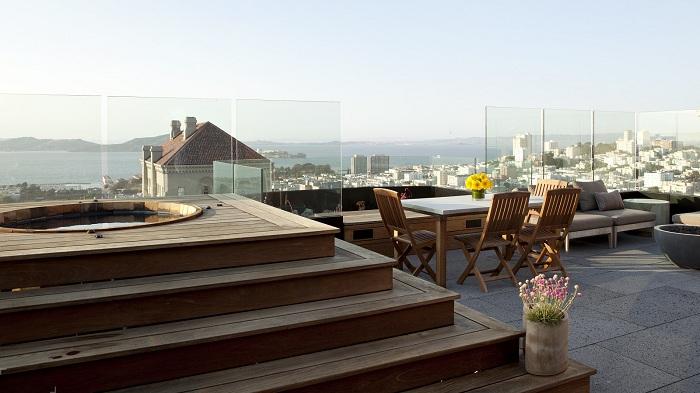 Хорошенький вариант на террасе создать место для посиделок и бассейн для отличного отдыха.