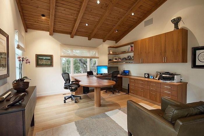 Широкое пространство домашнего офиса создано специально для планирования и разработки новых планов.