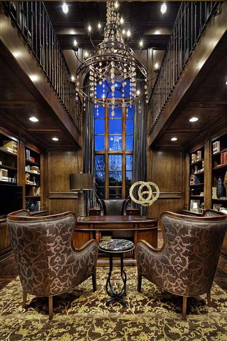 Прекрасный домашний офис в очень богатом аристократическом оформлении.