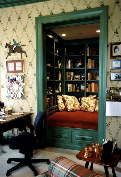 Маленькое, но укромное пространство создано благодаря обустройству места для чтения книг.