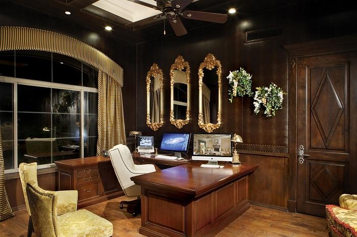 Индивидуальность домашнего офиса подчеркнута деревянной мебелью.