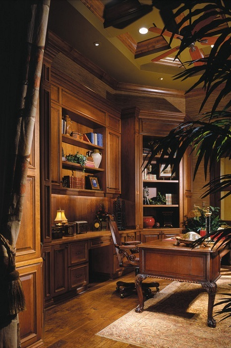 Отличный домашний офис компактно вписался в угол комнаты.