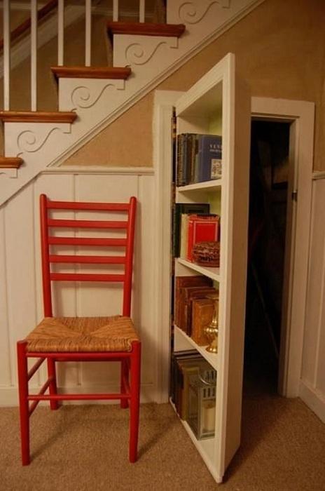 Удачный вариант оформления комнаты для чтения за тайной дверцей.