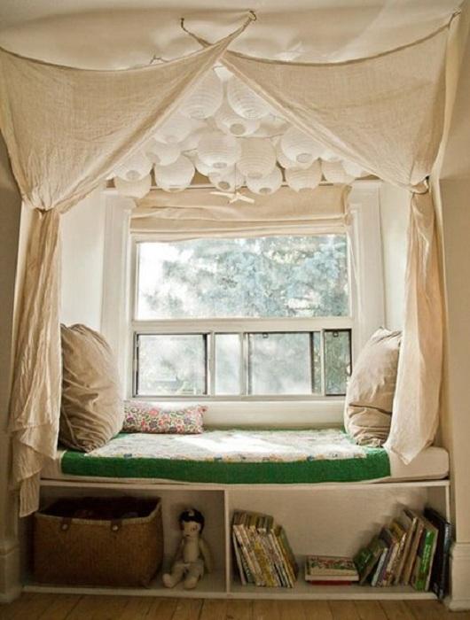Прекрасное место у окна оборудовано специально для обдумывания будущих планов и чтения книг.