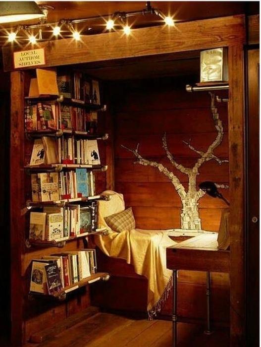 Уютное место для чтения книг с освещением в теплых тонах.