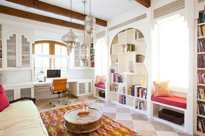 Прекрасный интерьер домашнего офиса с множеством мелких элементов.