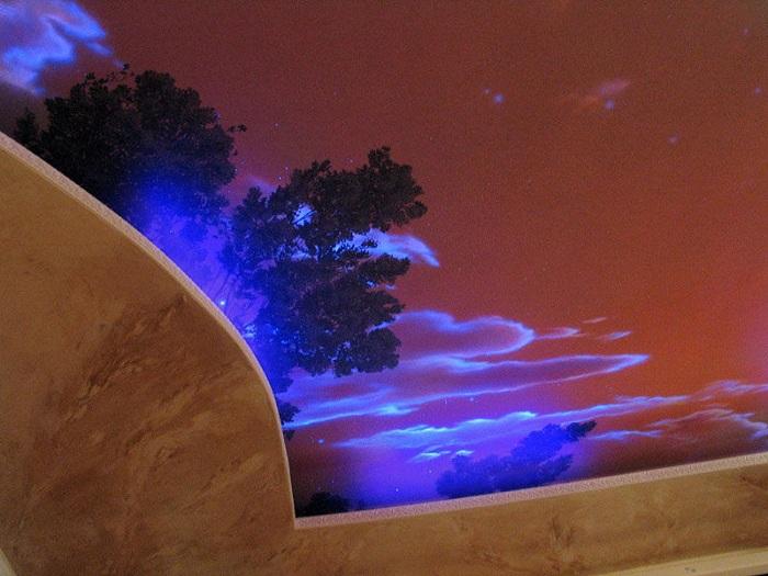 Яркое изображение облаков на потолке, порадует глаз и создаст положительное впечатление о интерьере.