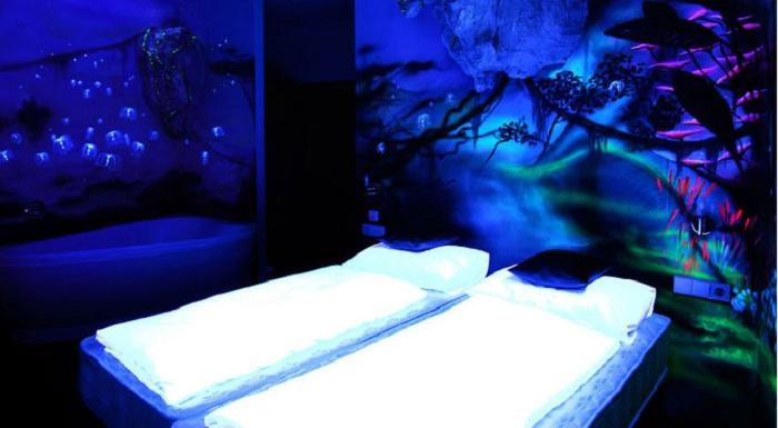 Интересное легкое освещение в комнате создано за счет флюоресцентных красок.