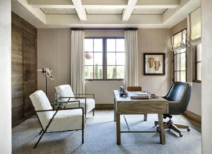 Маленькое пространство комнаты уютно обустроено при помощи интересной мебели.