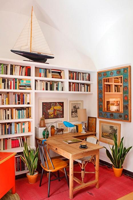 Офис в пределах дома дополнен шикарной библиотекой.