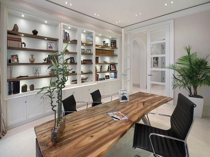 Прекрасный черно-белый интерьер домашнего офиса.