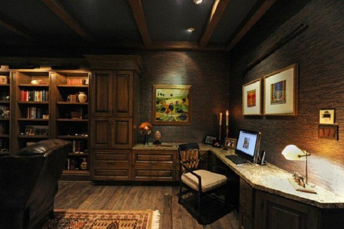 Домашний офис с деревянными элементами интерьера просто создан для работы.