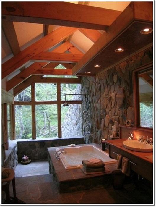 Интересное оформление ванной комнаты при помощи деревянных досок на потолке, которые создадут необычную и уютную атмосферу.