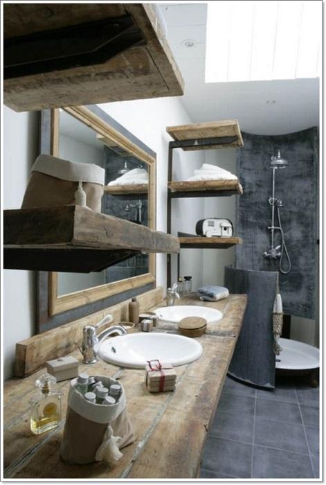 Интерьер ванной комнаты в рустикальном стиле украшен деревянными элементами, например, отличными деревянными полками.