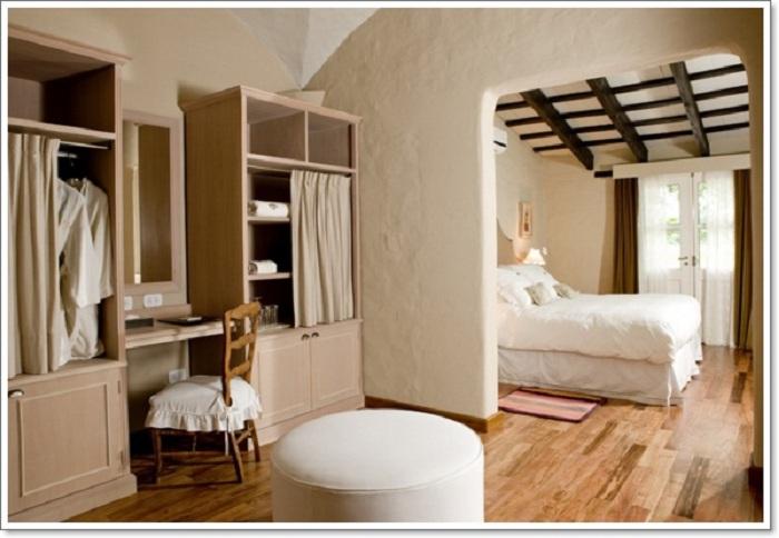 Теплая обстановка в такой небольшой, но симпатичной ванной комнате станет просто самым лучшим вариантом для оформления.