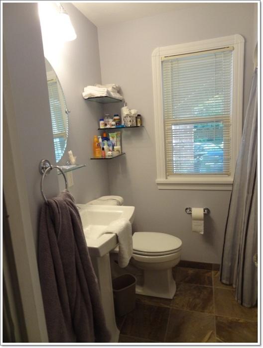 Простые пастельные тона в оформлении ванной комнаты создадут оригинальный интерьер.