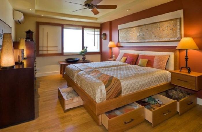 Оптимальное и оригинальное решение хранить вещи под кроватью, что оптимизирует пространство.