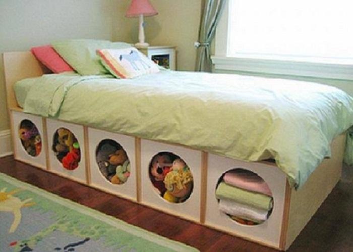 Очень крутое и оригинальное решение создать интерьер в светло-зеленых тонах с нишами для хранения вещей встроенных в кровать.