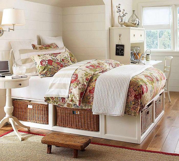 Очень интересное и симпатичное решение для декорирования спальни в оригинальных мотивах.