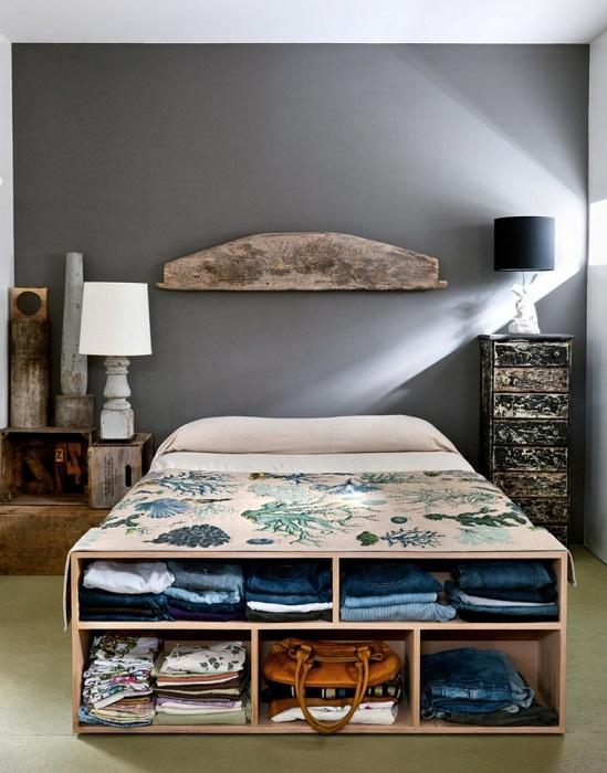 Максимально удачное решение, что позволит преобразить любой интерьер спальни с тумбой в ногах кровати.