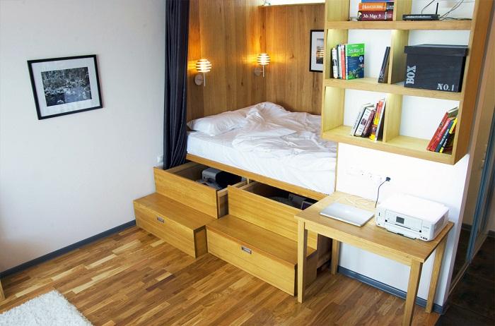 Весьма оригинальный интерьер спальной с прекрасными ящиками под кроватью.