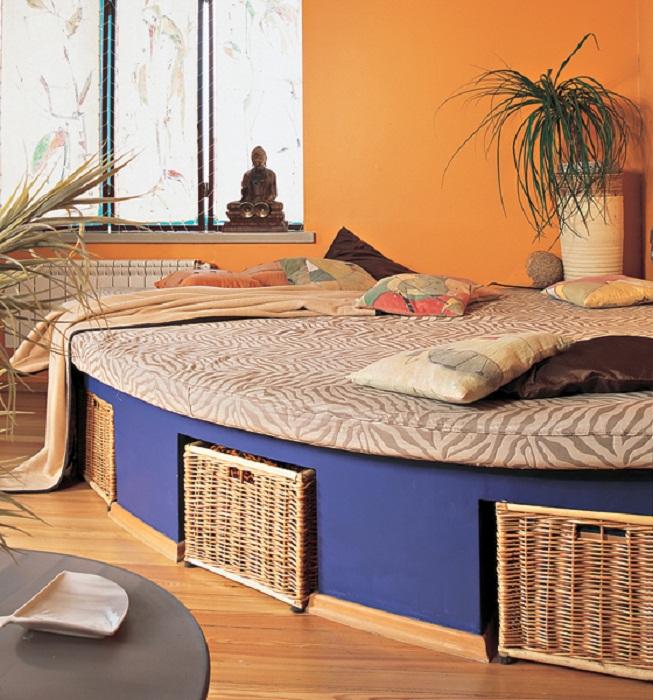 Очень яркое решение для преображения любимой кровати с удачными нишами под ней.