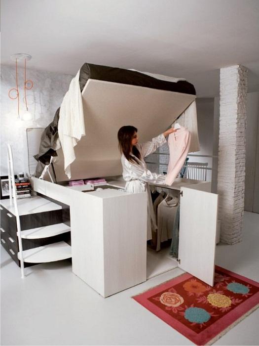 Симпатичное решение для того чтобы преобразить интерьер спальни, так это разместить гардероб под кроватью.